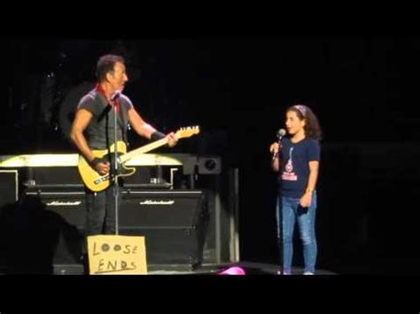 Una niña de 10 años canta en un concierto con Bruce ...