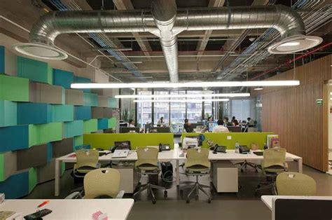 Una oficina moderna muestra su nuevo diseño e iluminación ...