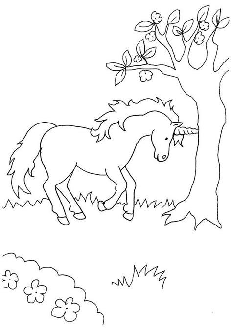 Unicornio bajo el árbol: dibujo para colorear e imprimir