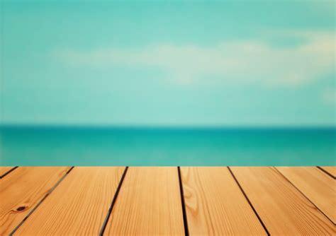 Vaciar mesa de madera de mesa sobre fondo de mar, concepto ...