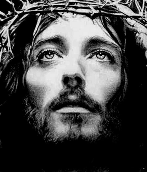 Vea como aparece la cara de Jesús mientras Michael W ...