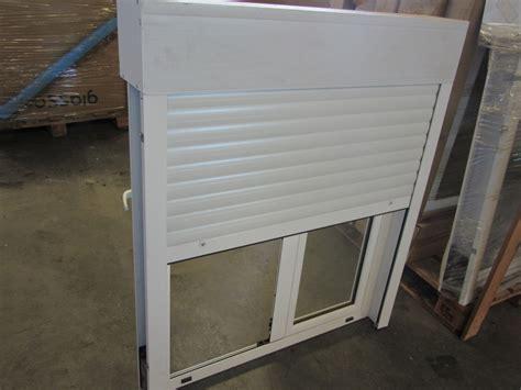 Ventana oscilobatiente con persiana de aluminio
