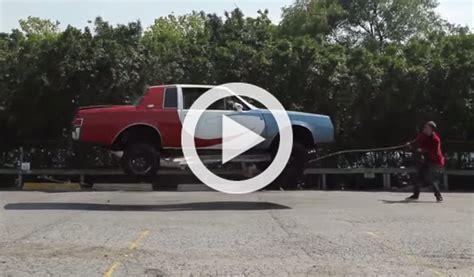Vídeo: saltan a la comba con un coche    Autobild.es