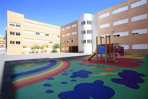 Vista del patio exterior de Colegio San Cristóbal ...