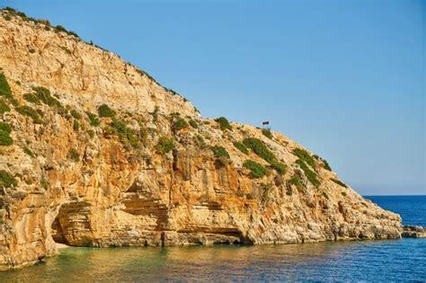 Vista idílica de unos acantilados en un día soleado ...