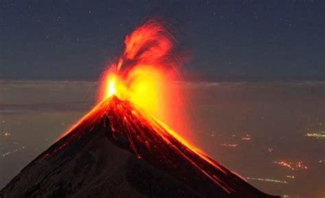 Volcán de Fuego de Guatemala en su cuarta erupción de 2017 ...