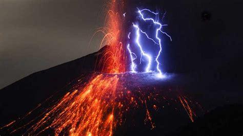 Volcán hace erupción y fenómeno natural causa admiración ...