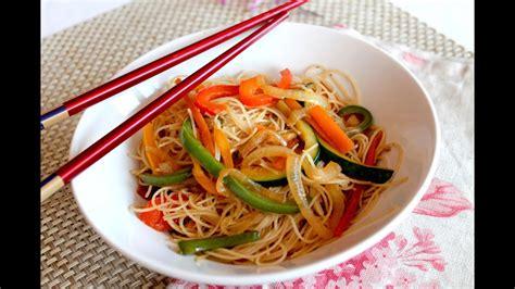 Wok de fideos de arroz chinos con verduras salteadas ...
