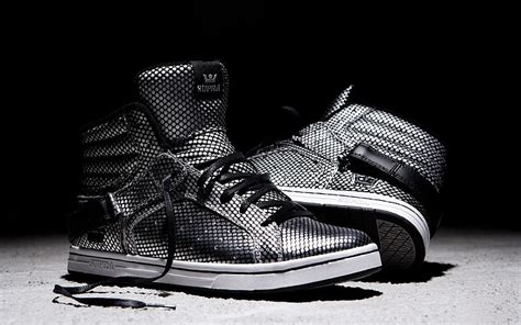 zapatillas de deporte de los zapatos en blanco y negro ...